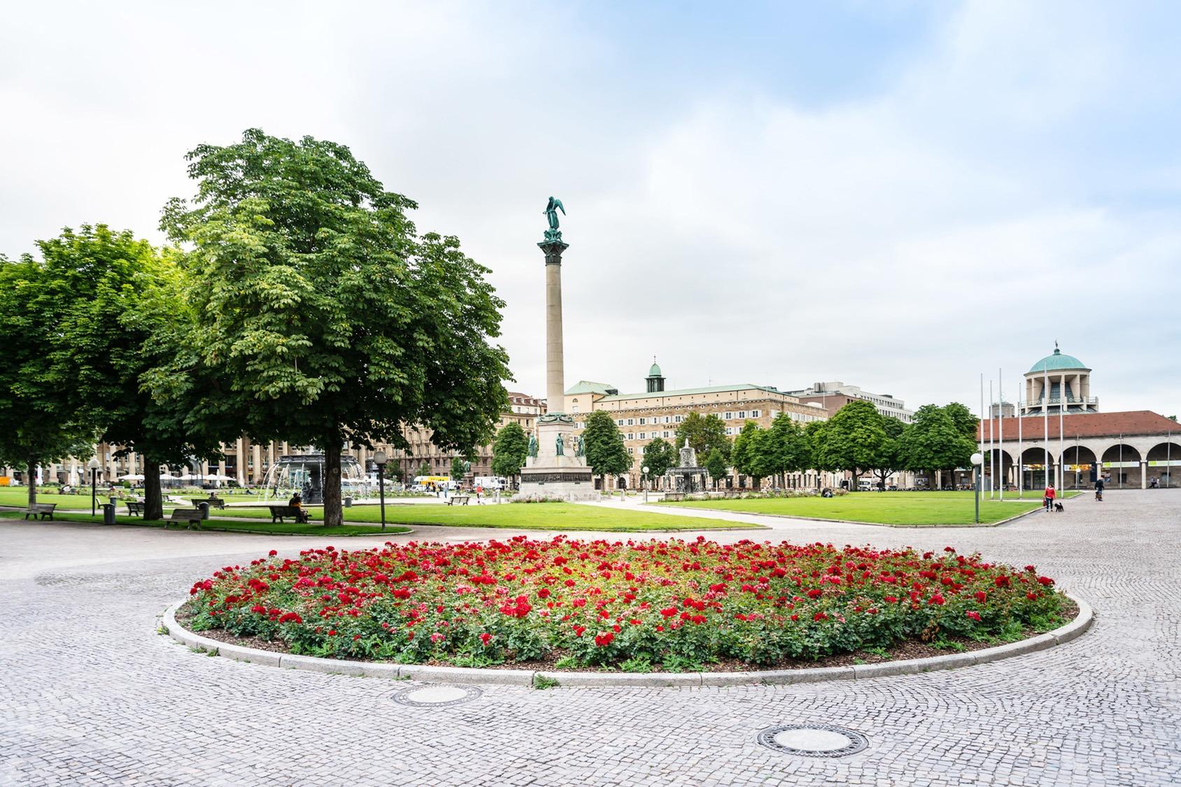 Grüner, blühender Stuttgarter Schlossplatz mit der Königsstraße im Hintergrund