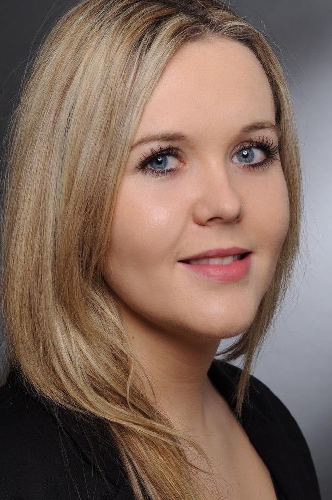 Modernes Bewerbungsfoto von einer blonden Frau.