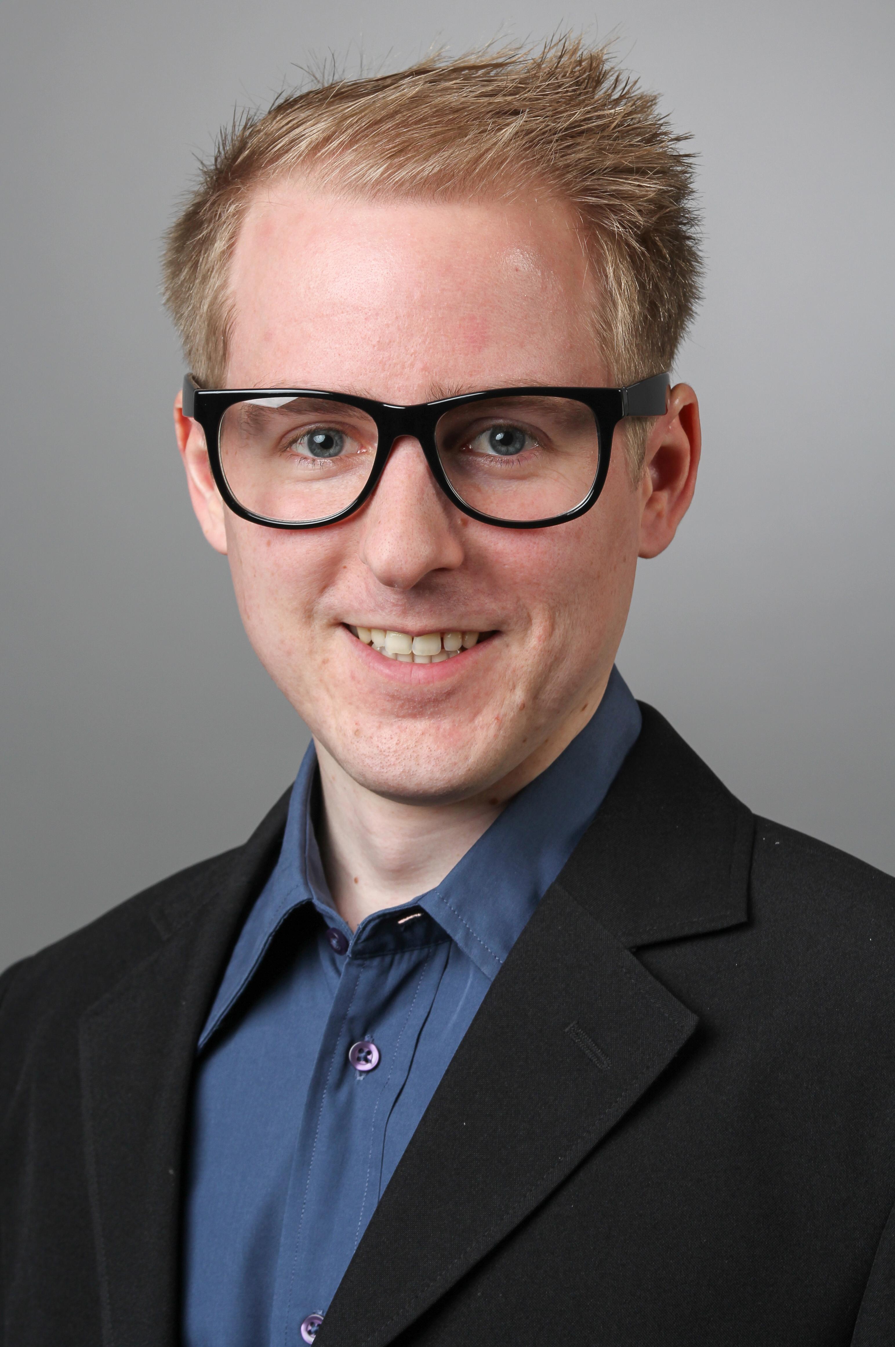 Modernes Bewerbungsfoto von einem blonden Mann.
