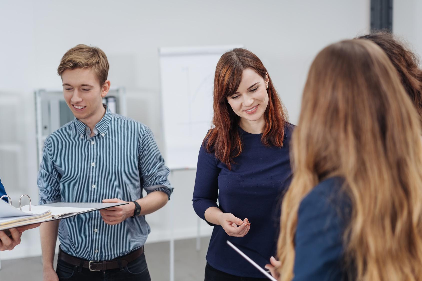 Mehrere Bewerber bei einer Gruppendiskussion während eines Assessment Centers.