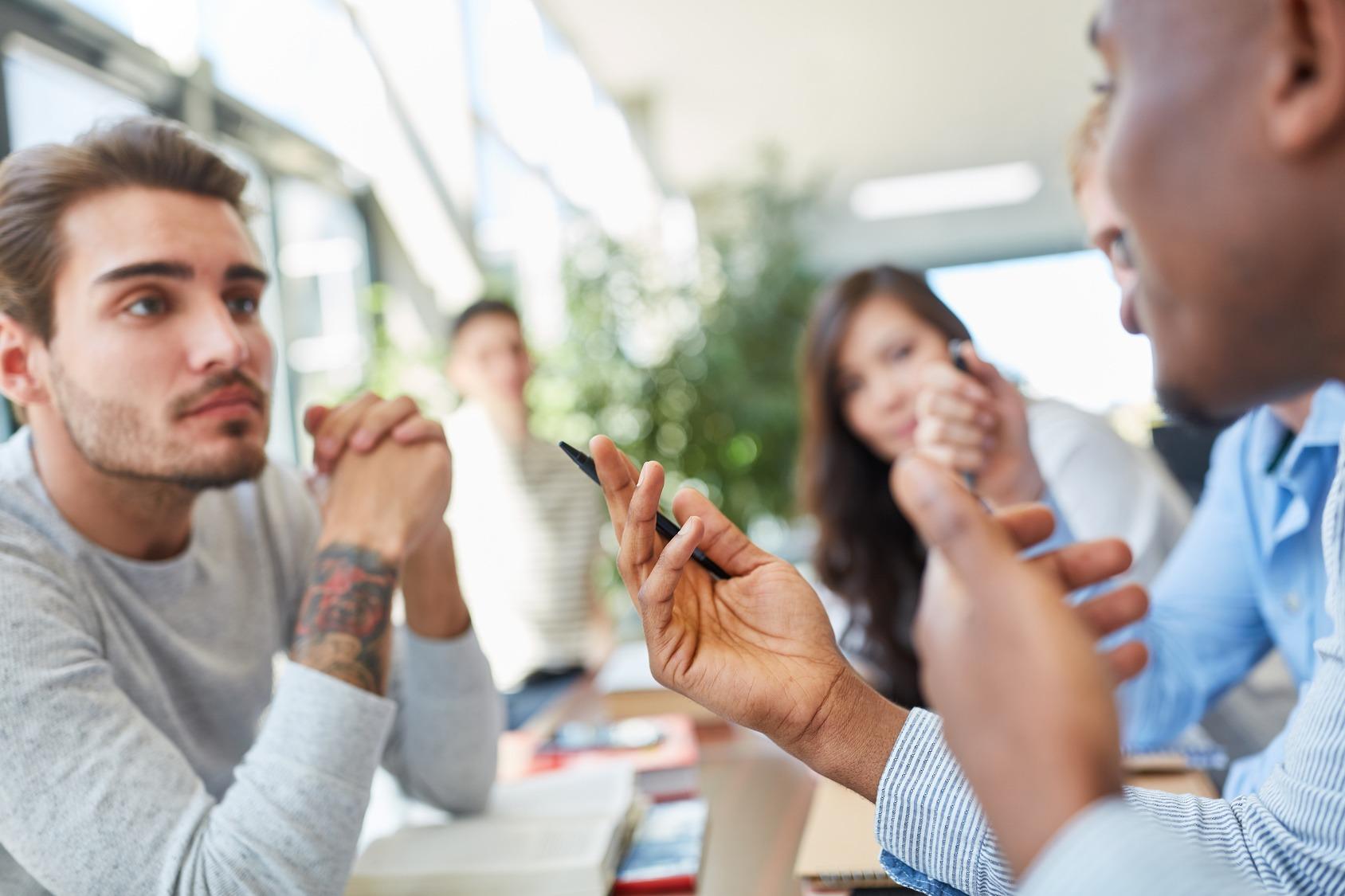 Studentengruppe lernt und diskutiert zusammen in der Universität.