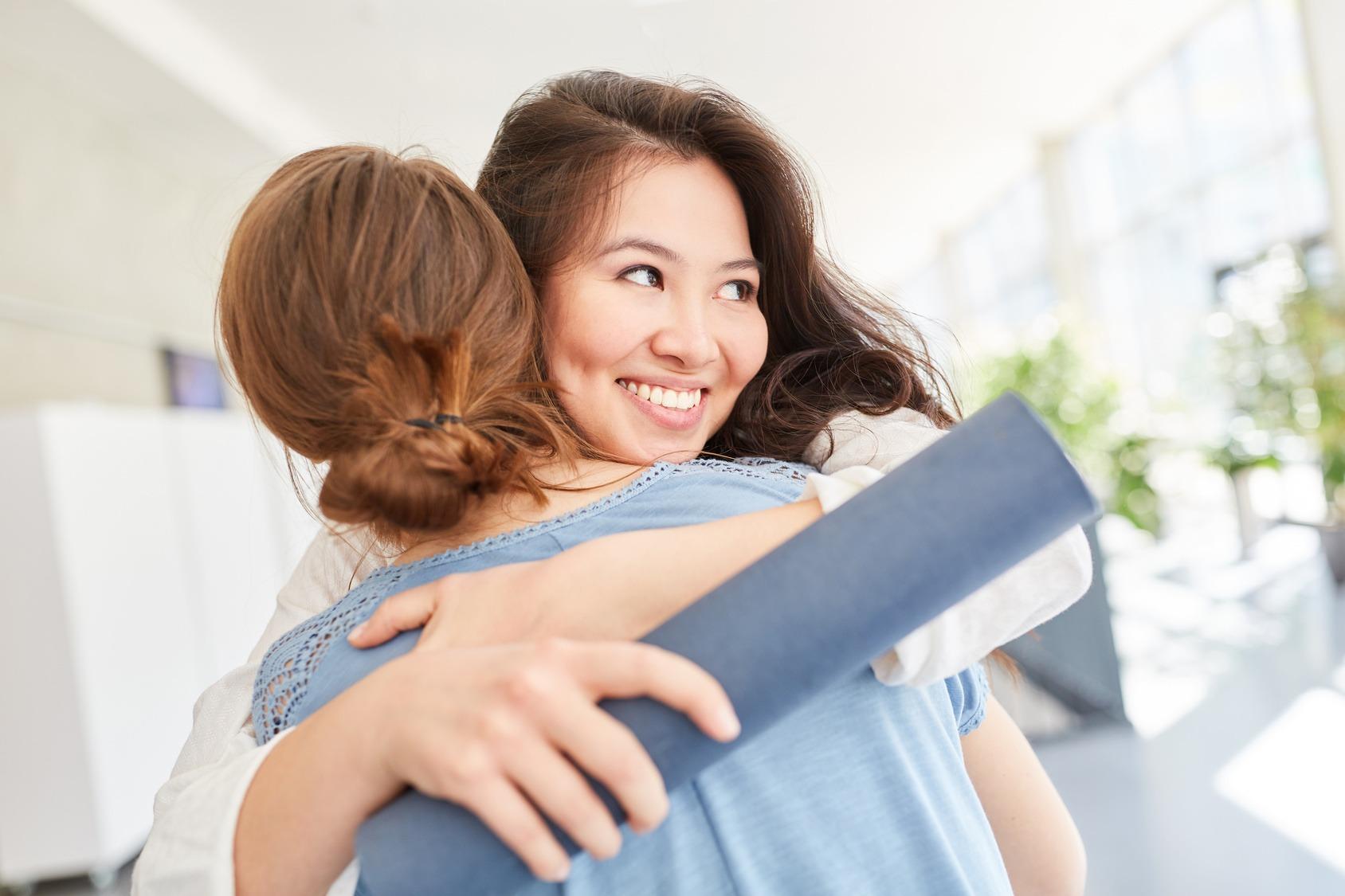 Zwei Frauen umarmen sich und sind glücklich.