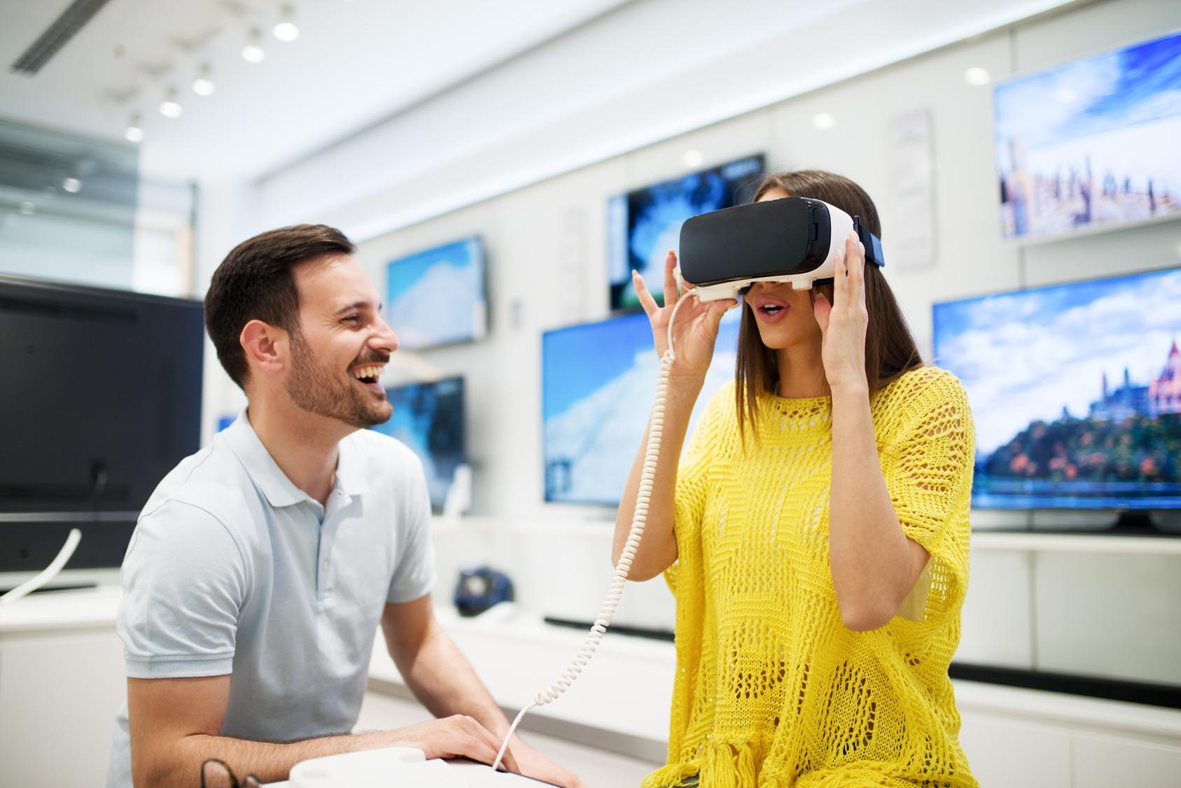 Ein junges Paar testet eine VR-Brille in einem Geschäft.