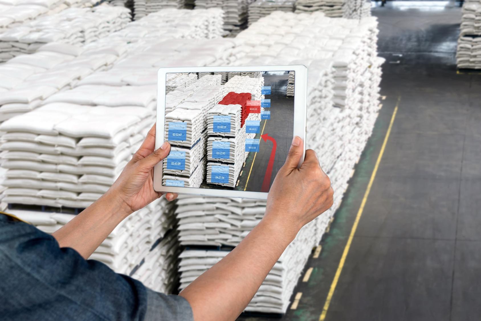 Tablet mit AR-Anwendung zur Überprüfung der Kommissionierzeit im intelligenten Fabriklager.
