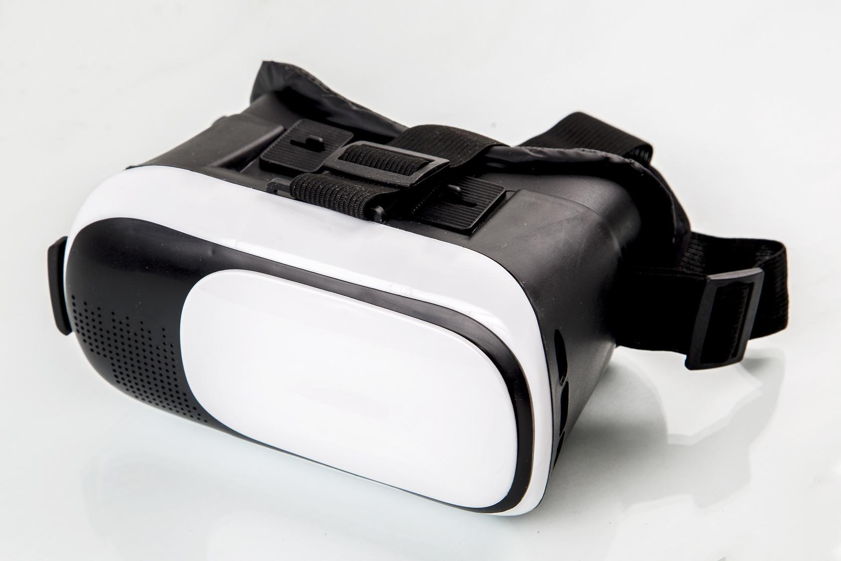 Eine einfache VR-Brille (HMD) auf einem weißen Tisch