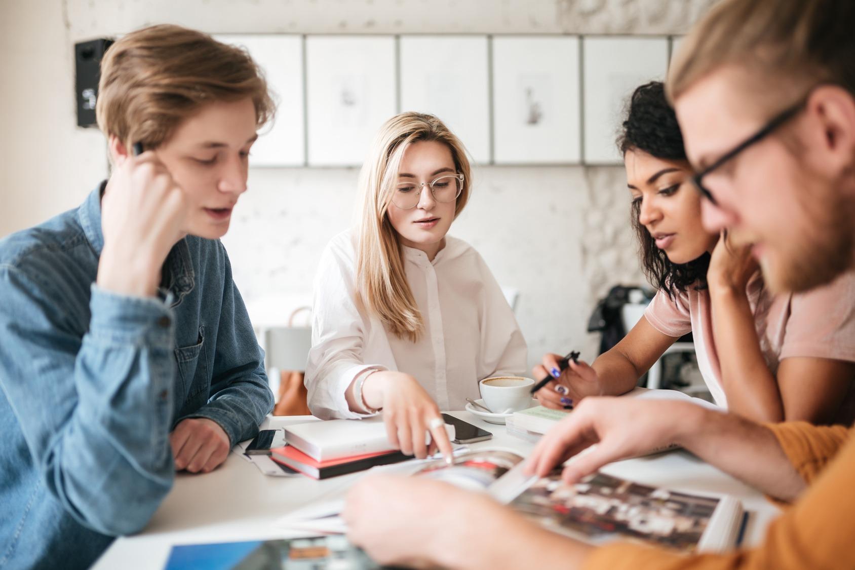 Eine Vierergruppe junger Studenten bei der Gruppenarbeit.