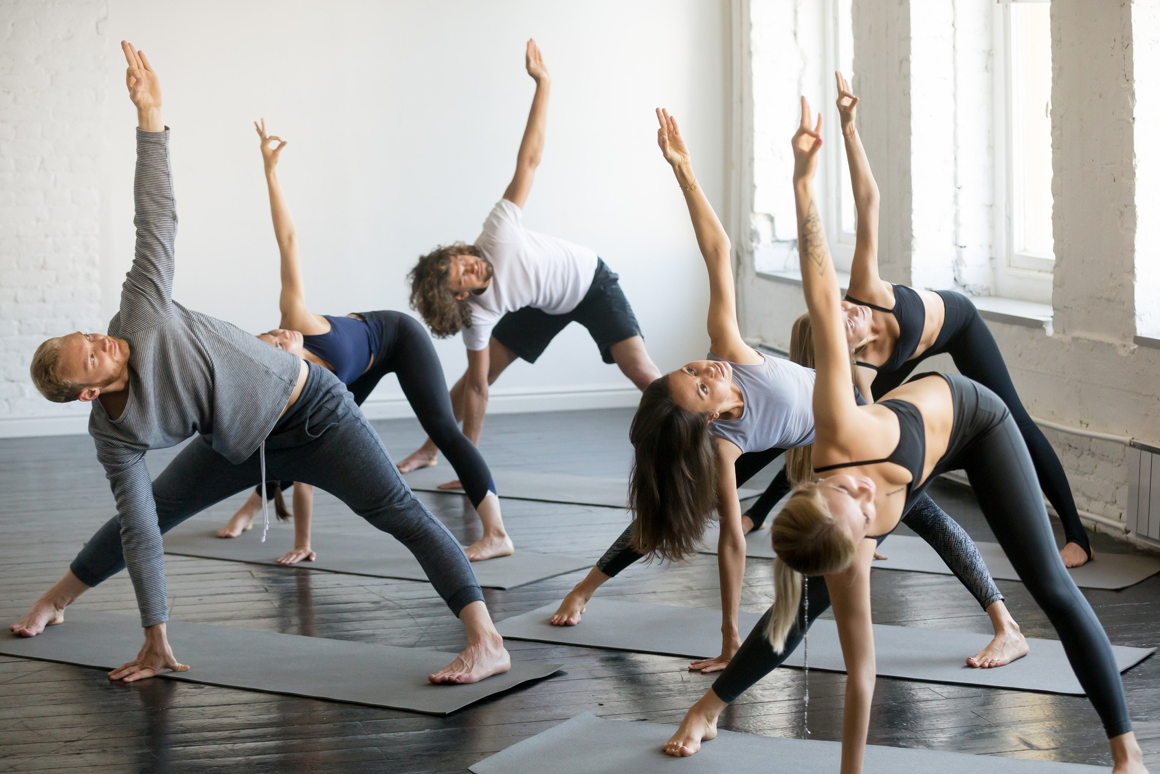 Eine Gruppe junger Studenten beim gemeinsamen Yoga.