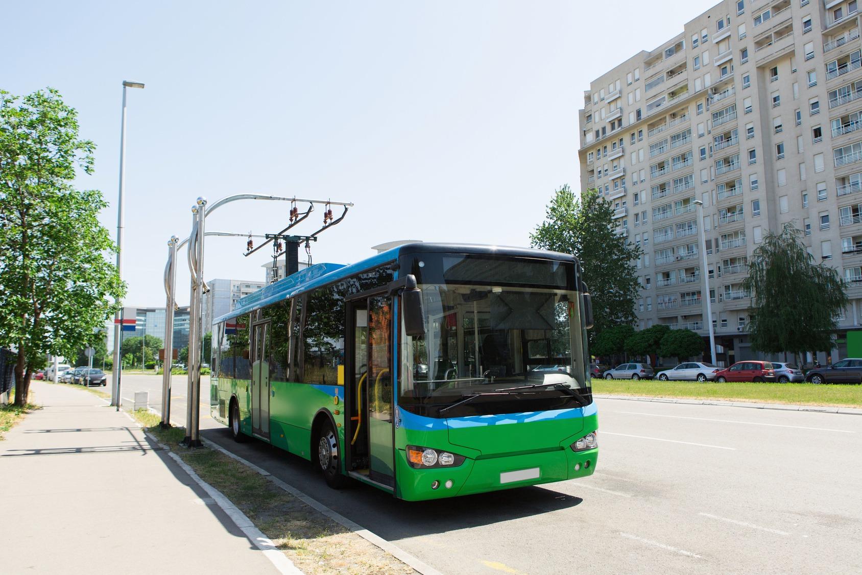 Elektrobus an einer Ladestation auf der Straße.