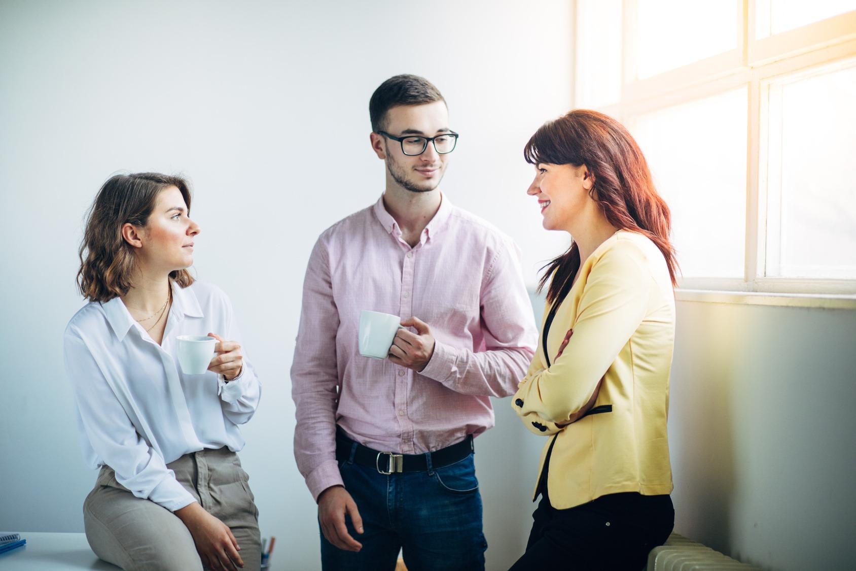 Arbeitskollegen beim Small Talk im Büro