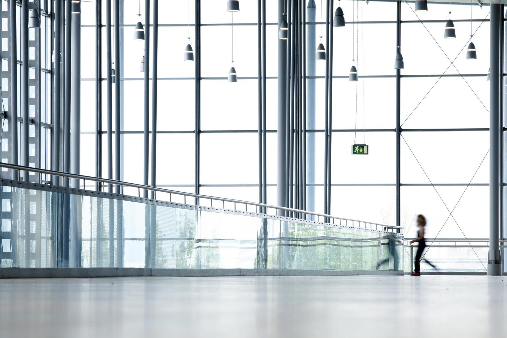 Ein modernes Bürogebäude aus Glas. Ansicht von innen.