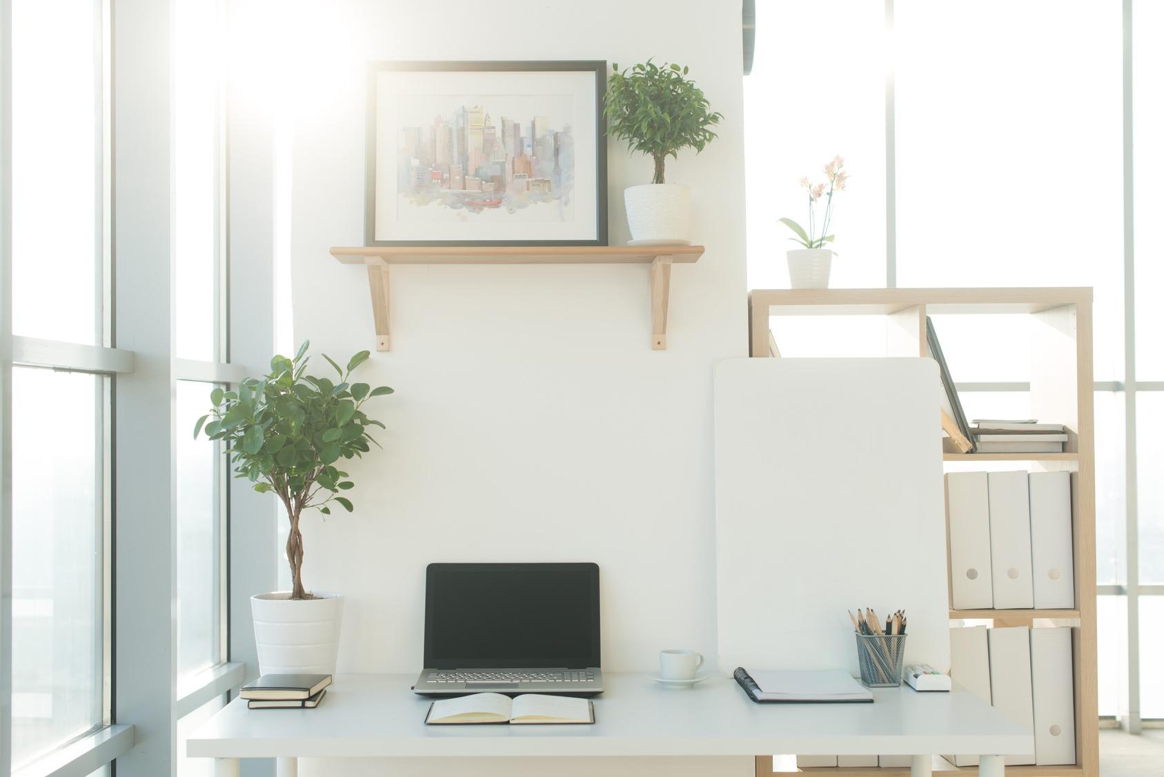 Ein cleaner und geordneter Arbeitsplatz in einem modernen Büro.