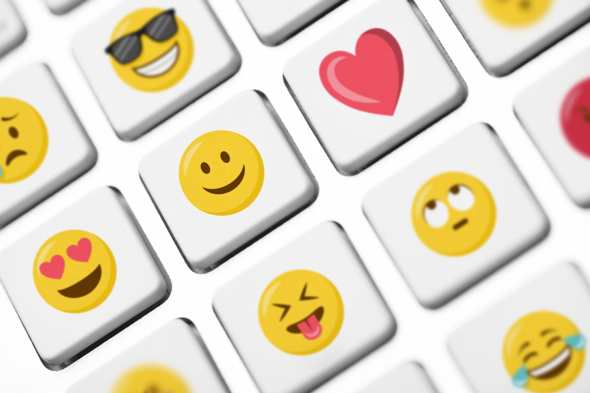 Verschiedene Emojis als Tasten auf einer Tatatur.