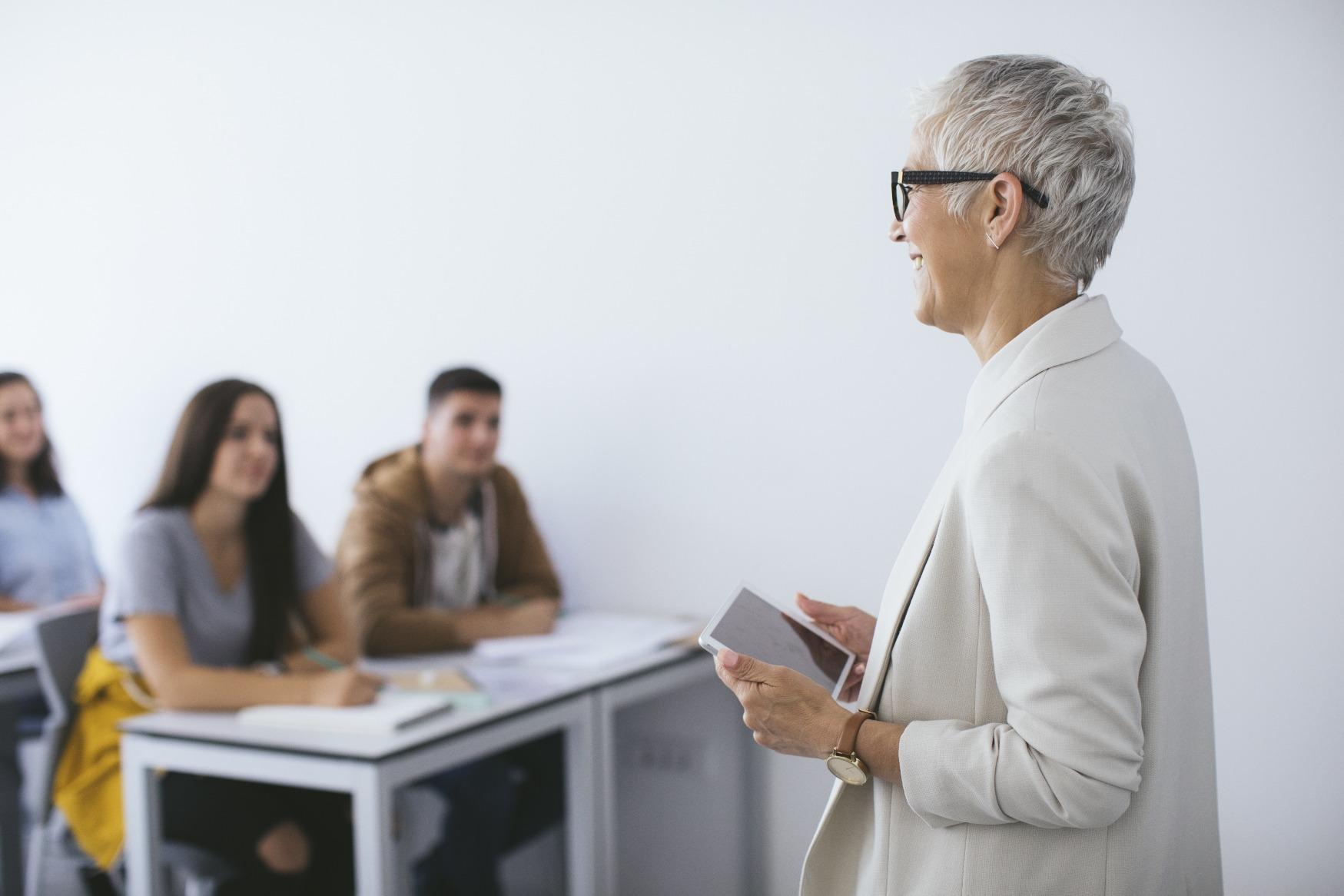 Professorin bei der Vorlesung mit Tablet