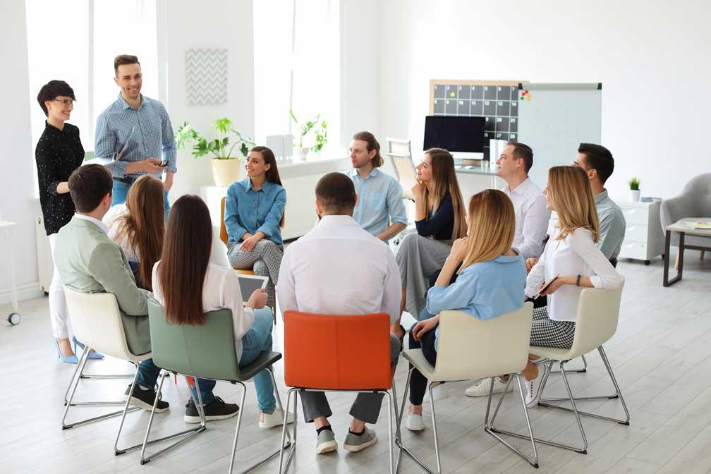 Eine Gruppe von jungen Mitarbeitern bei einem gemeinsamen Schulungstag.