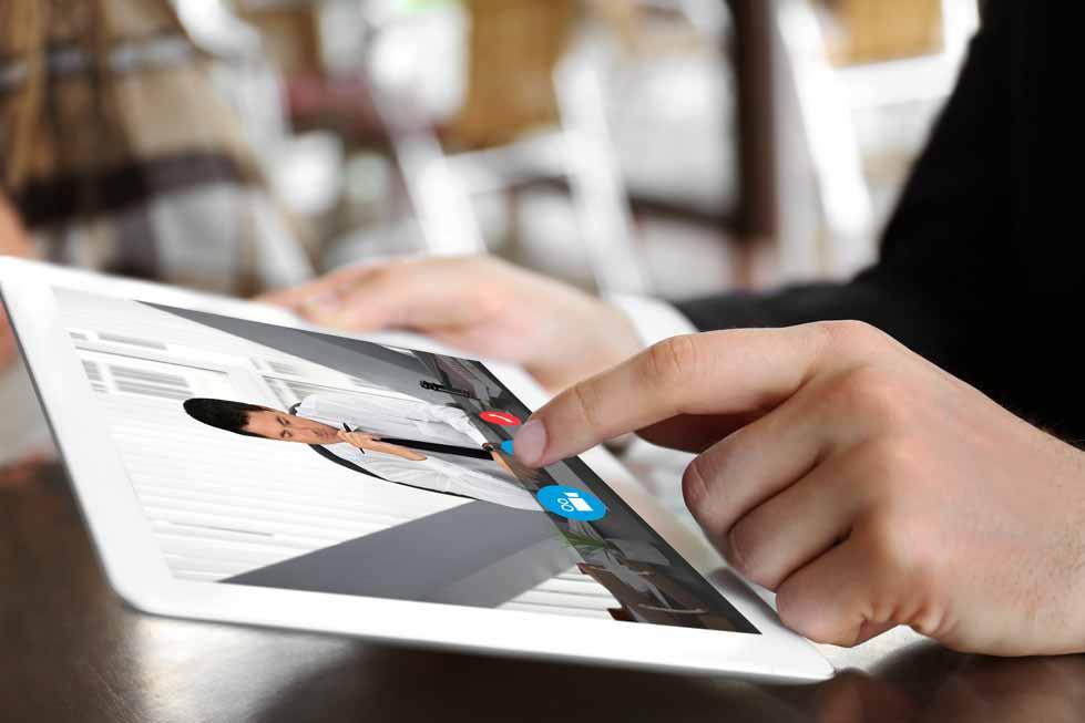 Mitarbeiter nutzt Tablet für Remote Learning