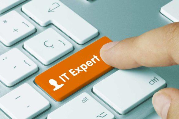 """Eine Tastatur mit """"IT Expert"""" Button. Die Taste wird gerade von einem Finger gedrückt."""
