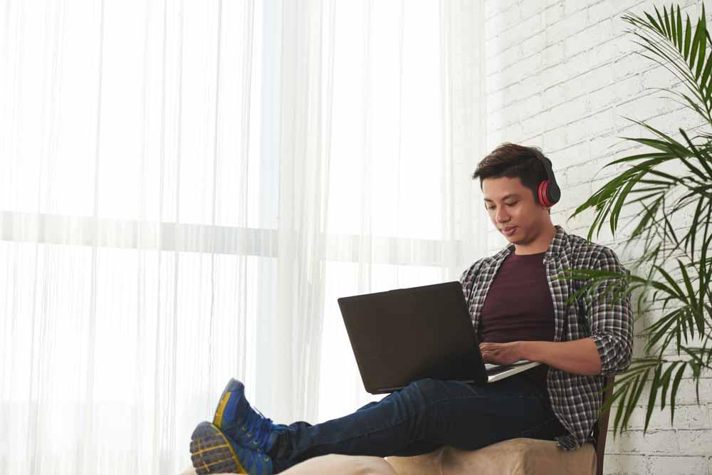 Ein junger Student beim Programmieren lernen