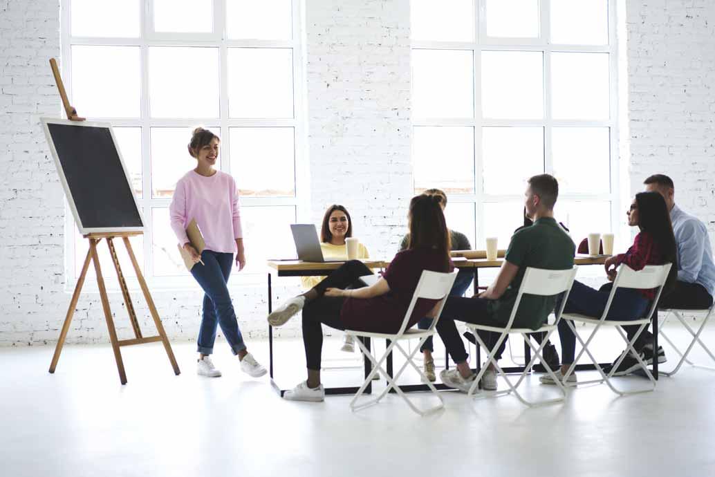 Eine Gruppe junger Intrapreneure bei einem Meeting in einem modernen Büro.