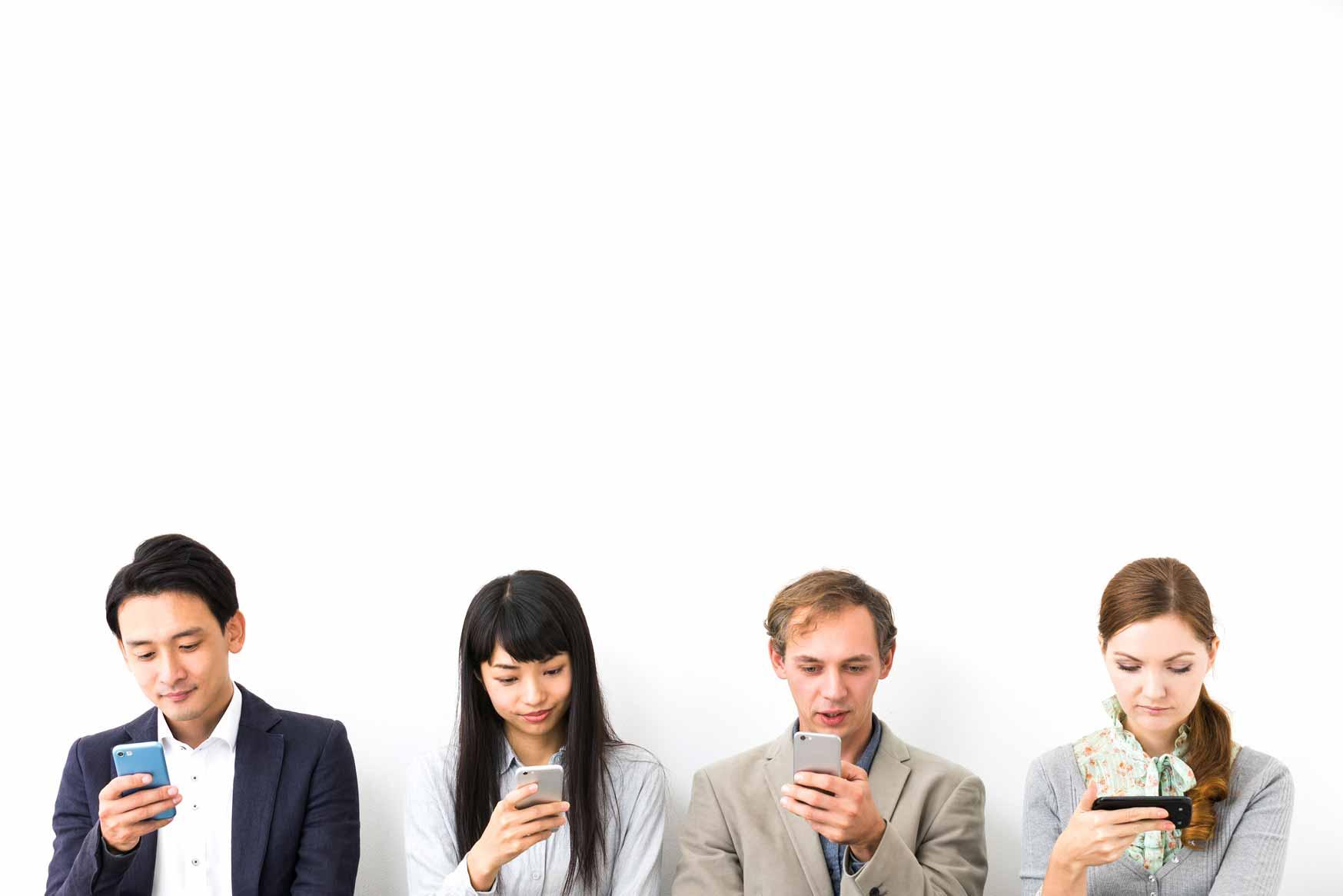 Eine Gruppe junger Menschen mit Smartphone surft im Internet.
