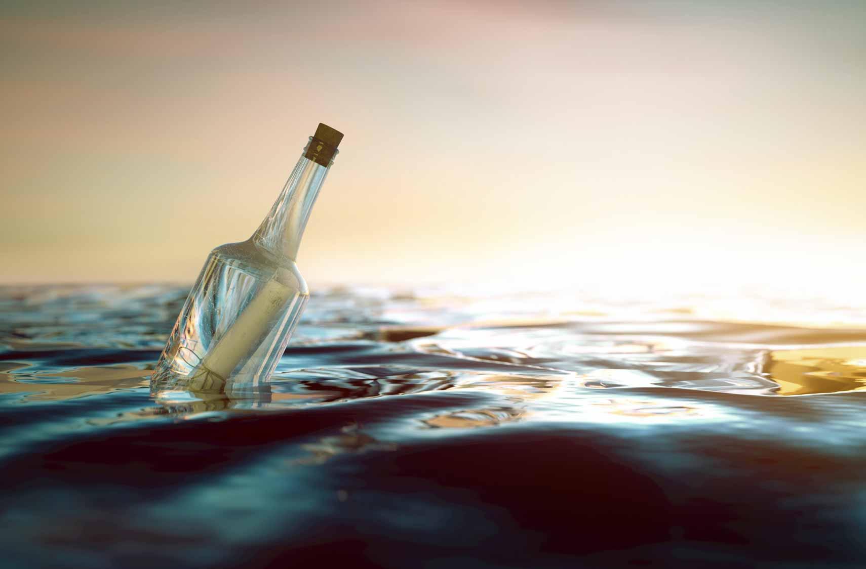 Eine Flaschenpost treibt ziellos auf dem Meer.