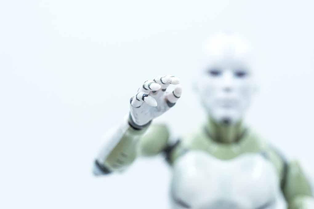 Roboter im Zwielicht greift nach dem Betrachter.