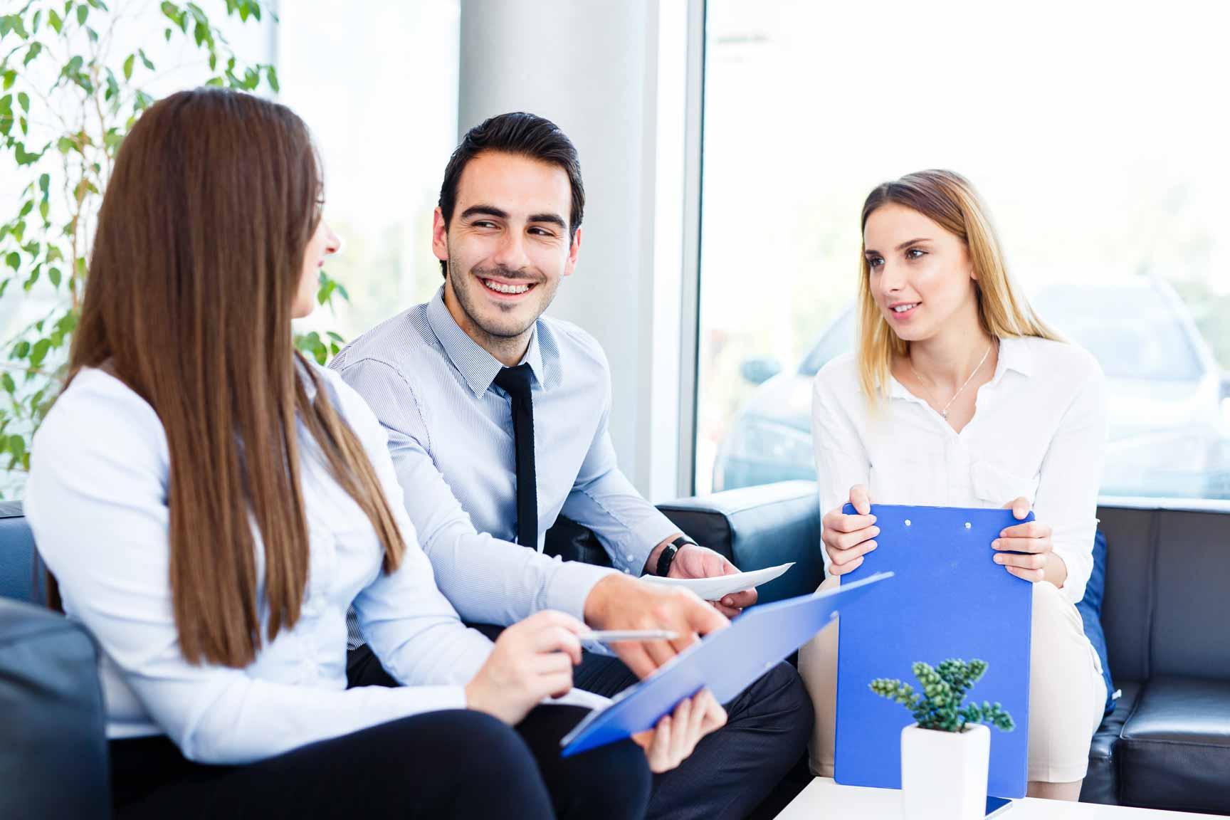 Ein IT-Absolvent im lockeren Vorstellungsgespräch mit zwei Personalerinnen.