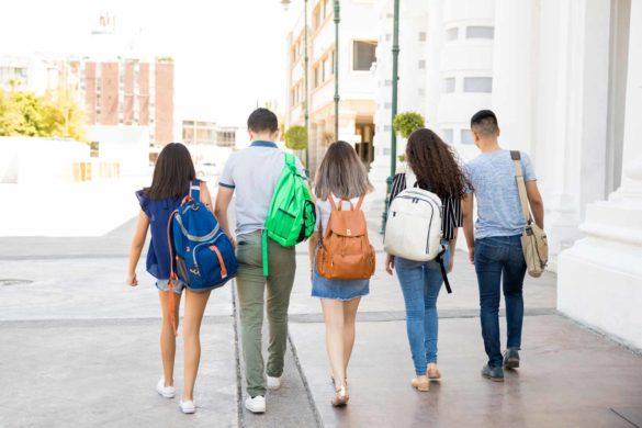 Typische Vertreter der Generation Z auf dem Nachhauseweg nach der Schule.