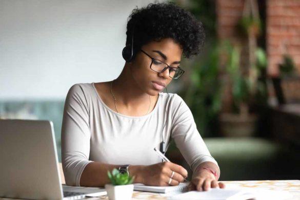 Junge Mitarbeiterin nutzt Remote Learning als Weiterbildungskonzept.