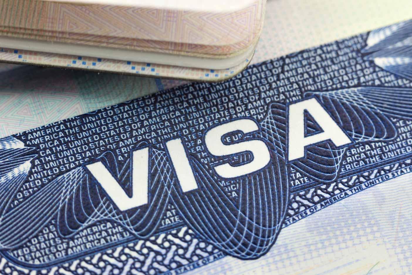 Nahaufnahme des VISA Logos von einem USA Visum.