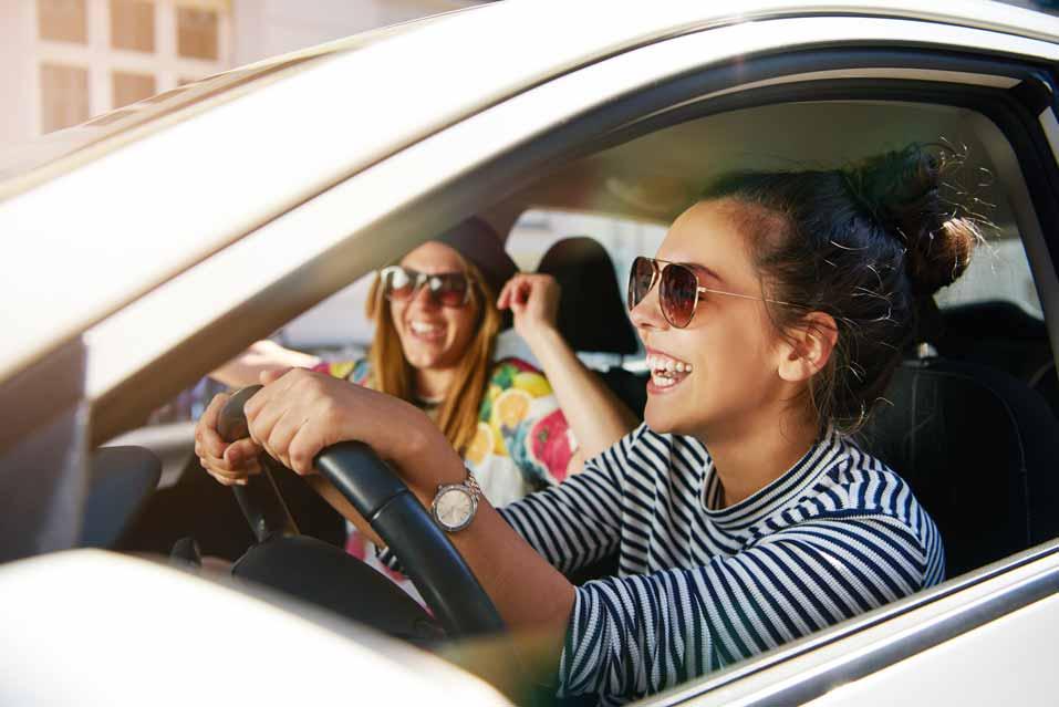 Studenten im Auslandssemester fahren mit dem Auto durch die USA.