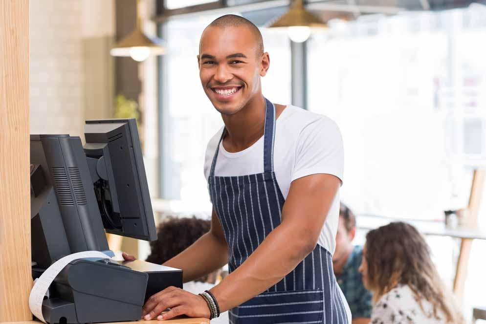 Student im Auslandssemester bei der Arbeit in der Cafeteria der Universität.