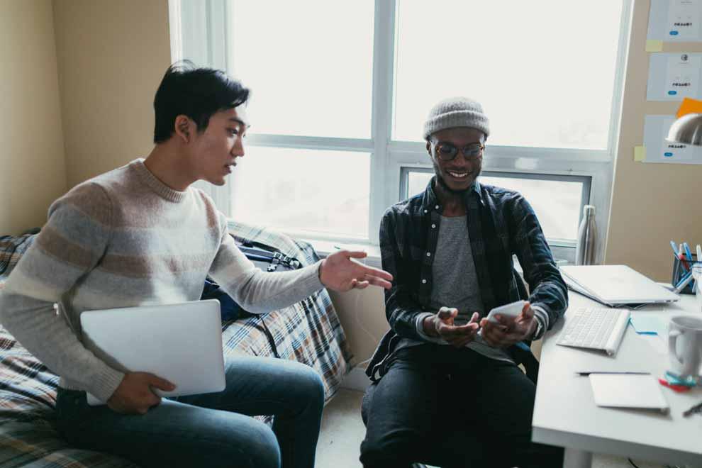 Zwei ausländische Studenten in ihrem gemeinsamen WG-Zimmer.