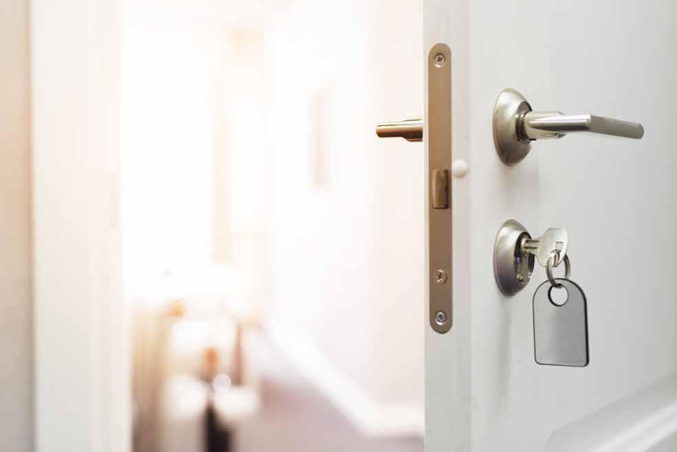Eine offene Tür mit Schlüssel im Schlüsselloch
