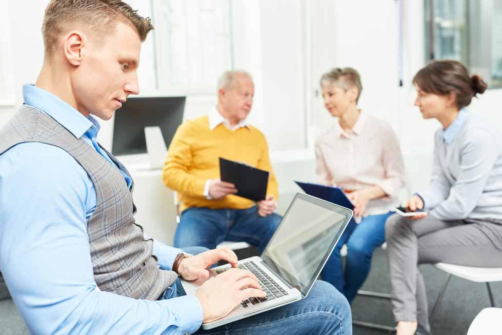 Eine Gruppe Mitarbeiter bei einem Meeting.