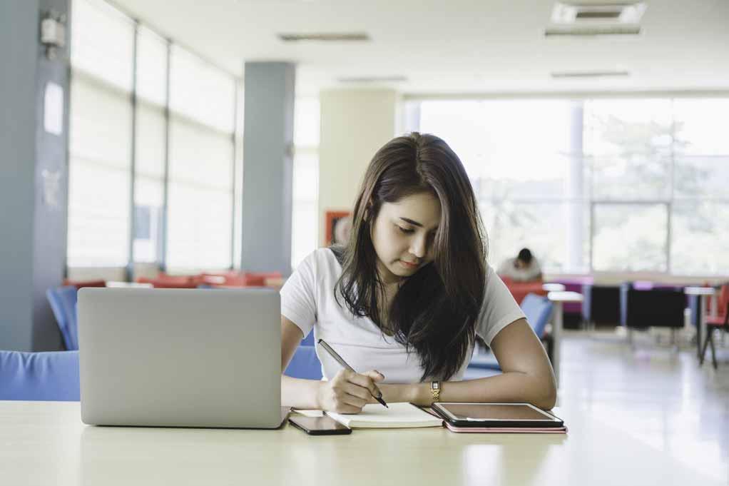 Studentin recherchiert in der Bibliothek