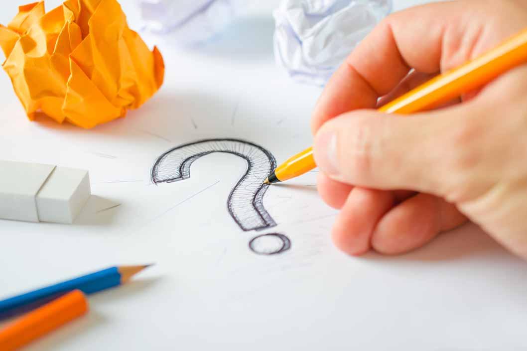 Ein handgezeichnetes Fragezeichen auf einem Blatt Papier.