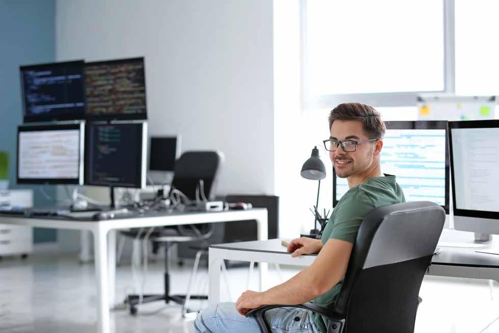 Ein Back End Entwickler beim programmieren im Büro.
