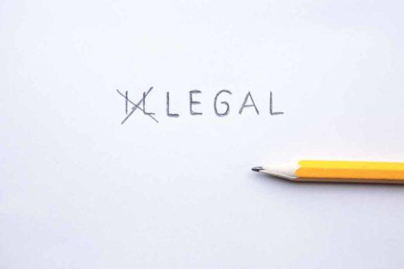 Weisses Blatt mit der Beschriftung illegal, wobei die ersten beiden Buchstaben mit einem Bleistift durchgestrichen wurden.