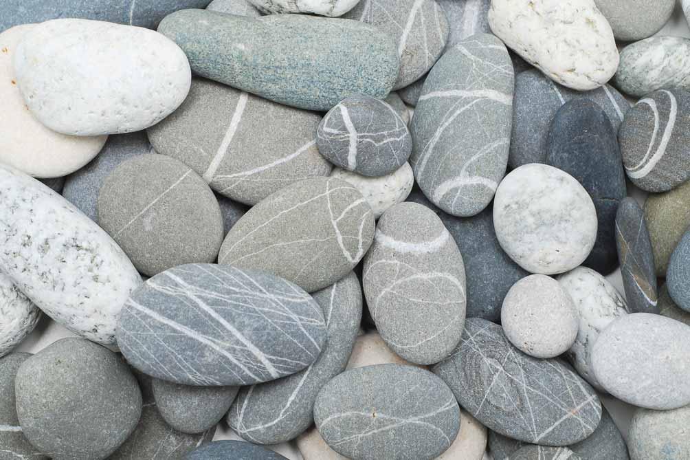 Ein Haufen Kieselsteine in einem Flussbett.