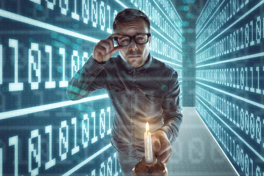Mann mit Kerze hat sich bei der Google Suche im Cyberspace verlaufen.