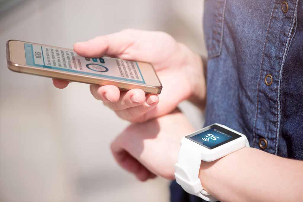Smartphoene und Smartwatch verbunden mit dem 5G Netz