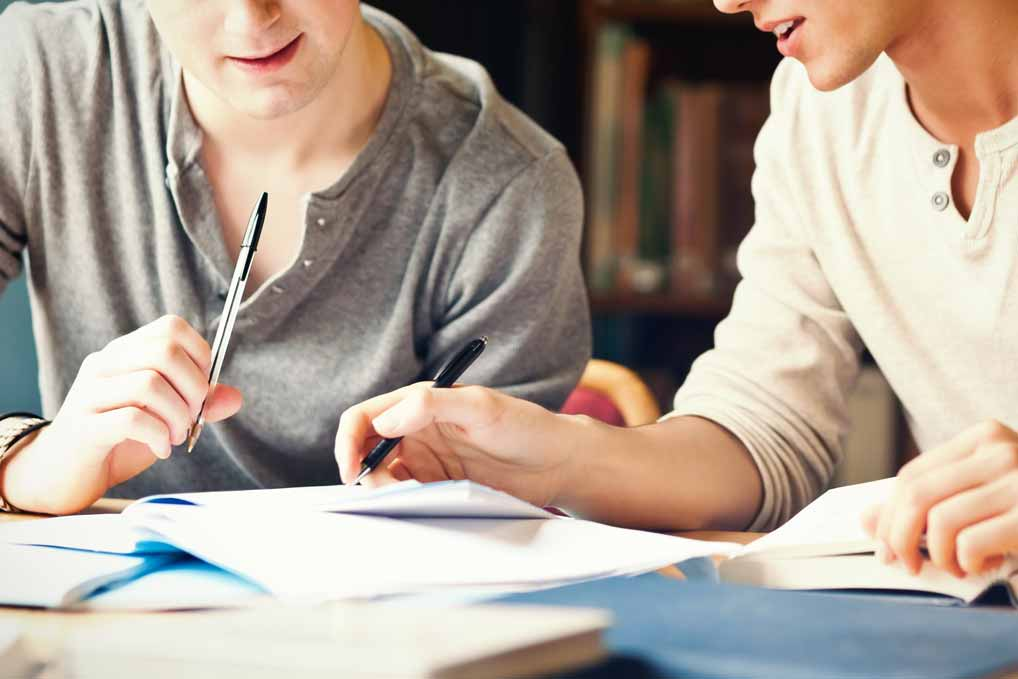 Zwei Studenten lernen gemeinsam in der Bücherei