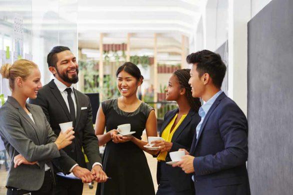 Teamkollegen beim Smalltalk und Kaffee trinken