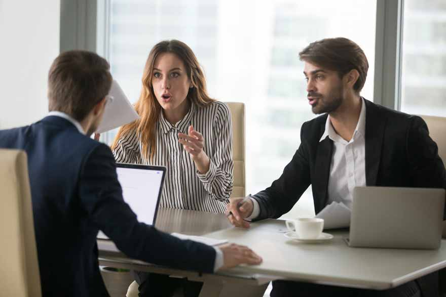 Wütende Mitarbeiter beschweren sich bei ihrem Vorgesetzten