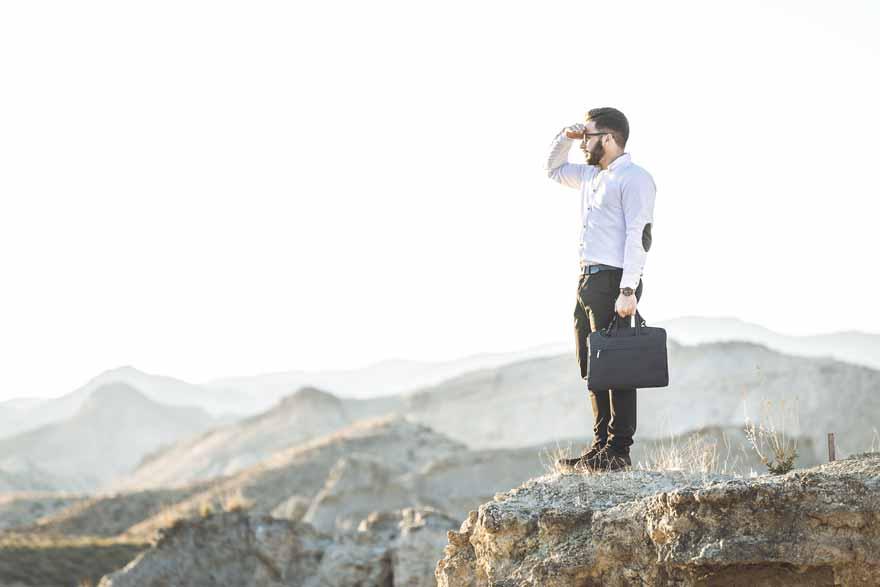 Ein Talent steht auf einem Hügel und hält Ausschau nach einem geeigneten Arbeitgeber.