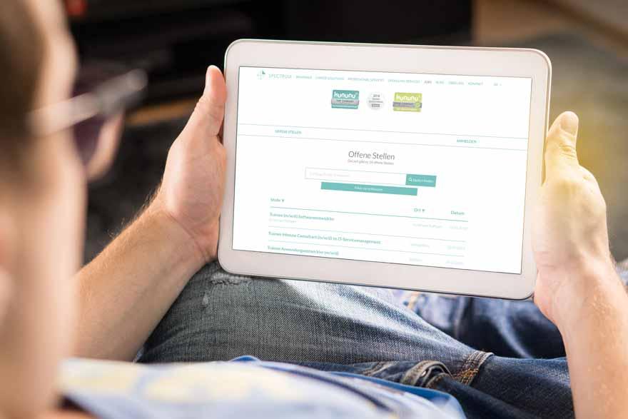 Ein Bewerber schaut sich das SPECTRUM Jobportal an.