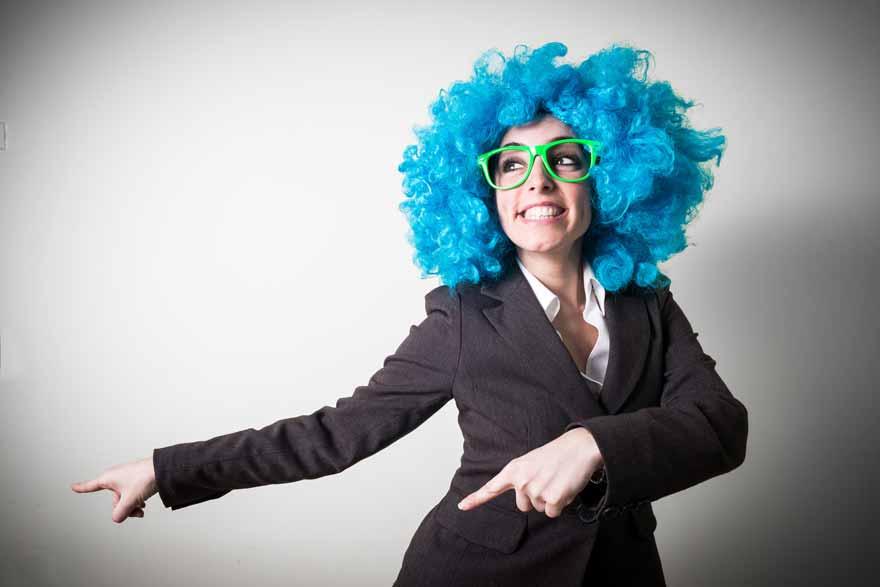 Eine Bewerberin mit blauer Perücke und grüner Clownsbrille.
