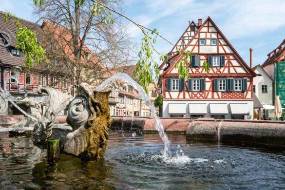 Beschaulicher Marktplatz mit Brunnen und Fachwerkhäusern in Baden Württemberg.