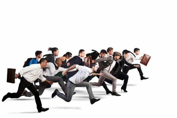 Eine Gruppe Geschäftsleute rennt von links nach rechts, der Boden und der Hintergrund sind beide weiß.