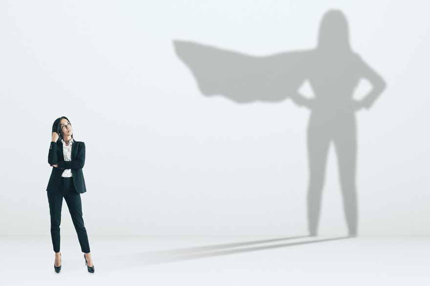 Eine Unscheinbare Bewerberin ist in Wahrheit Superwomen, sichtbar wird dies in durch die Kontur ihres Schattens.